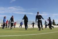 Die Würzburger Studenten bei Gymnastik und Gleichgewichtsübungen unter Schwarzbrille