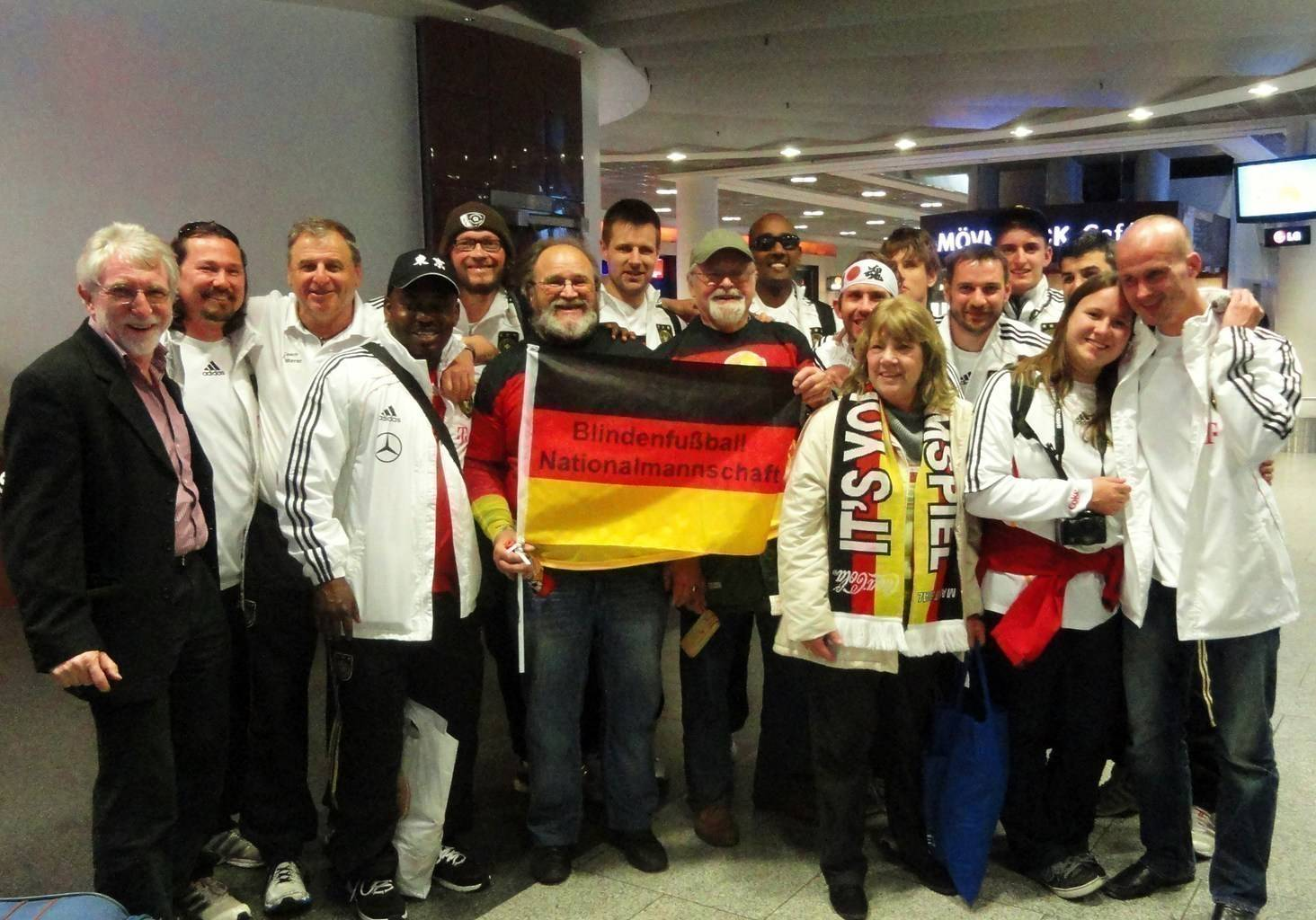Die Deutsche Mannschaft wird bei ihrer Rückkehr aus Japan am Frankfurter Flughafen von einer kleinen Fandelegation empfangen