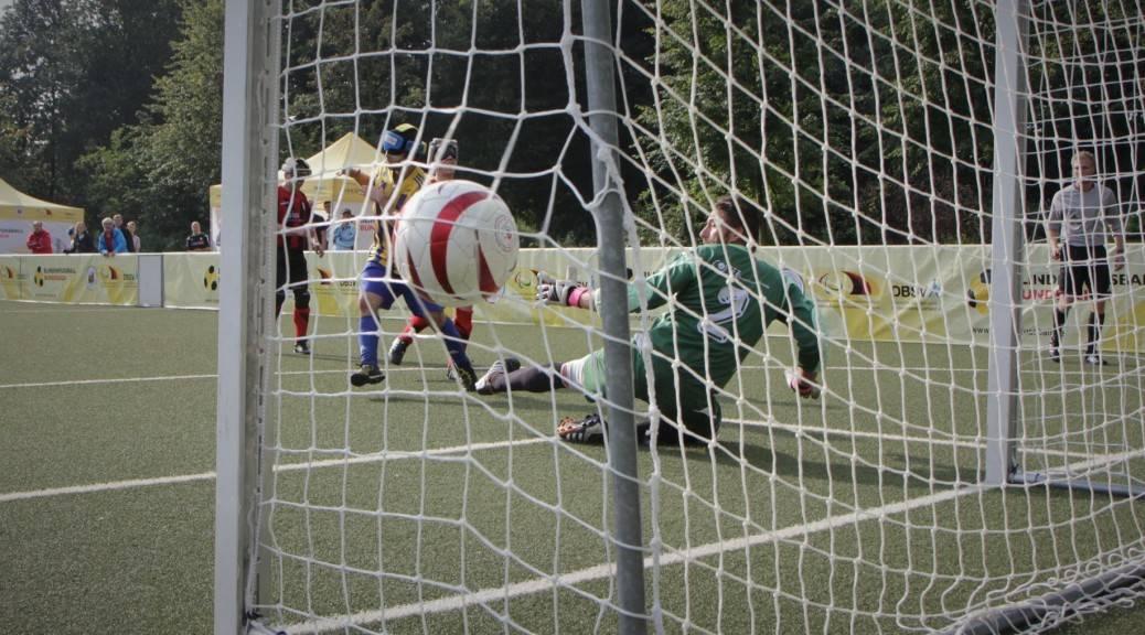 Ball zappelt nach Schuss des Marburger Spielers Alican Pektas im Chemnitzer Tornetz. | Foto: Michael Hain
