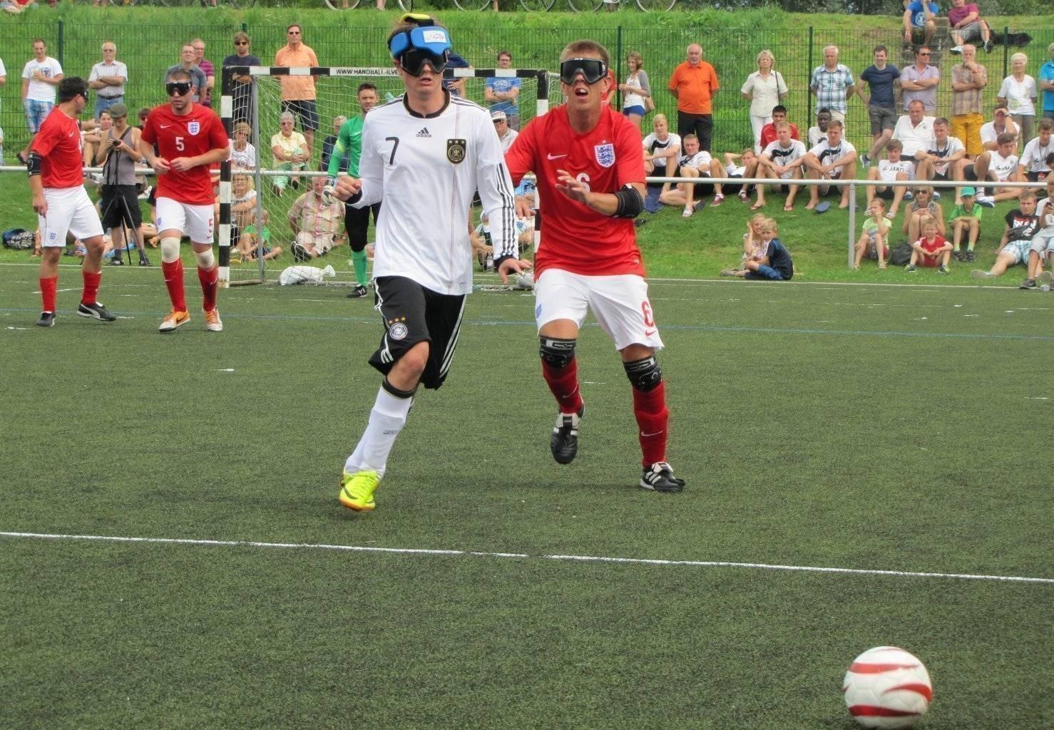 Kuttig im Zweikampf während des Länderspiels gegen England in Ilvesheim | Foto: Julitta Harms