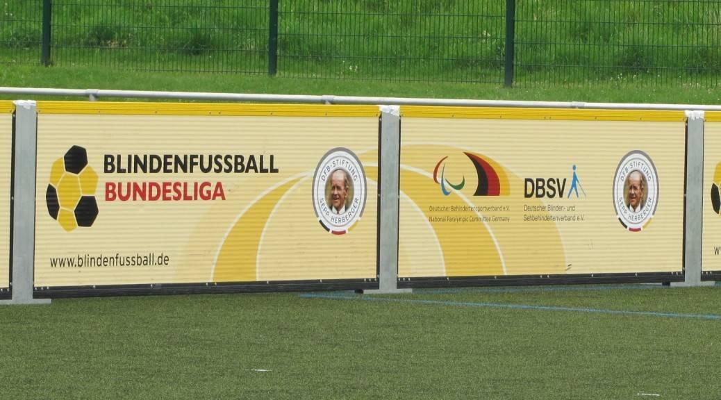 Bande mit Blindenfußball-Bundesliga Logo