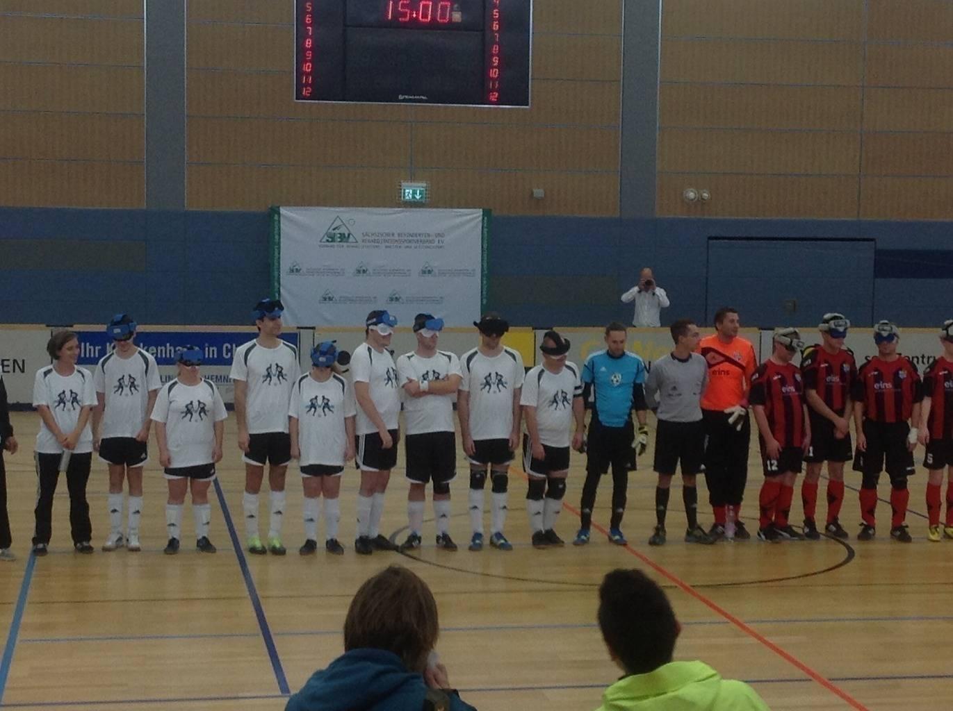 Avoy Brno vs CFC Chemnitz mit Patrick als Schiri vor dem Spiel (Foto: Gundula Redecke)