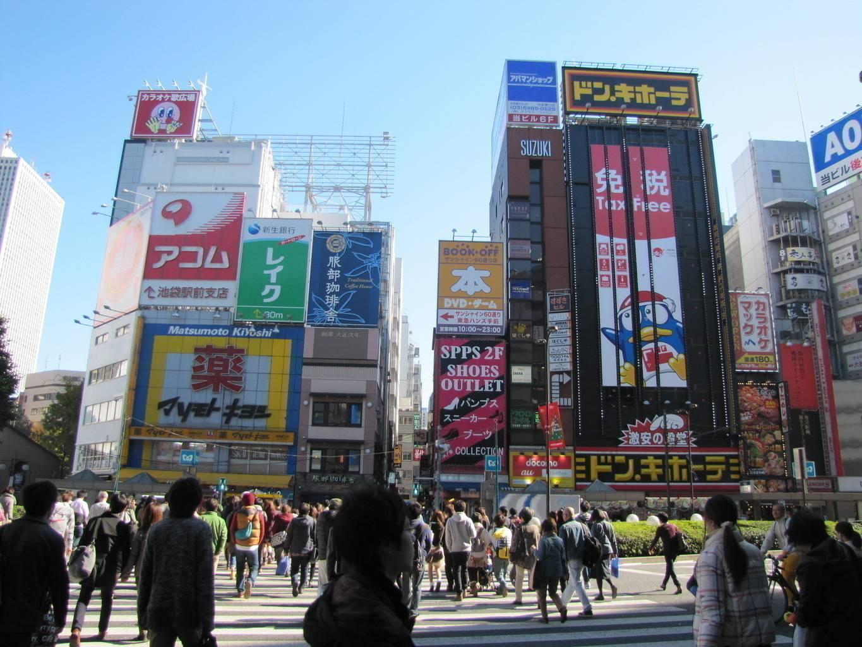 Hochhäuser in Japan mit bunten Werbefasaden (Foto: Julitta Harms)