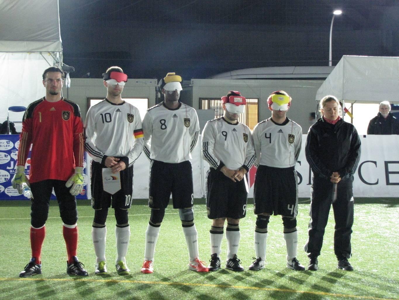 Die Startaufstellung der Deutschen Blindenfußball Nationalmannschaft beim Spiel gegen Südkorea, v.l.n.r.: Milan, Alex, Mulle, Ali, Mulle und Jule (Foto: Julitta Harms)