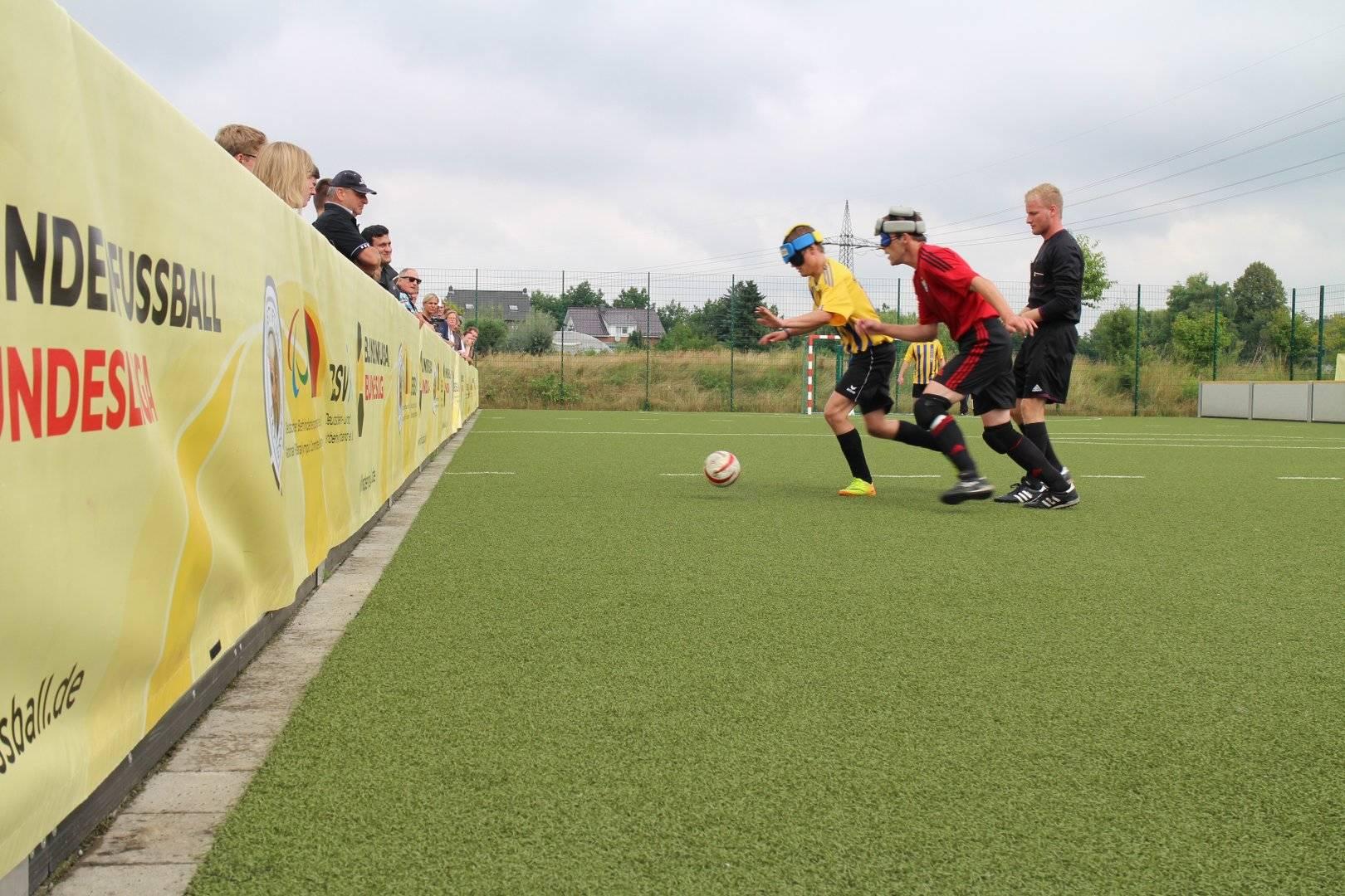 Marburger und Chemnitzer Spieler im Lauf um den Ball