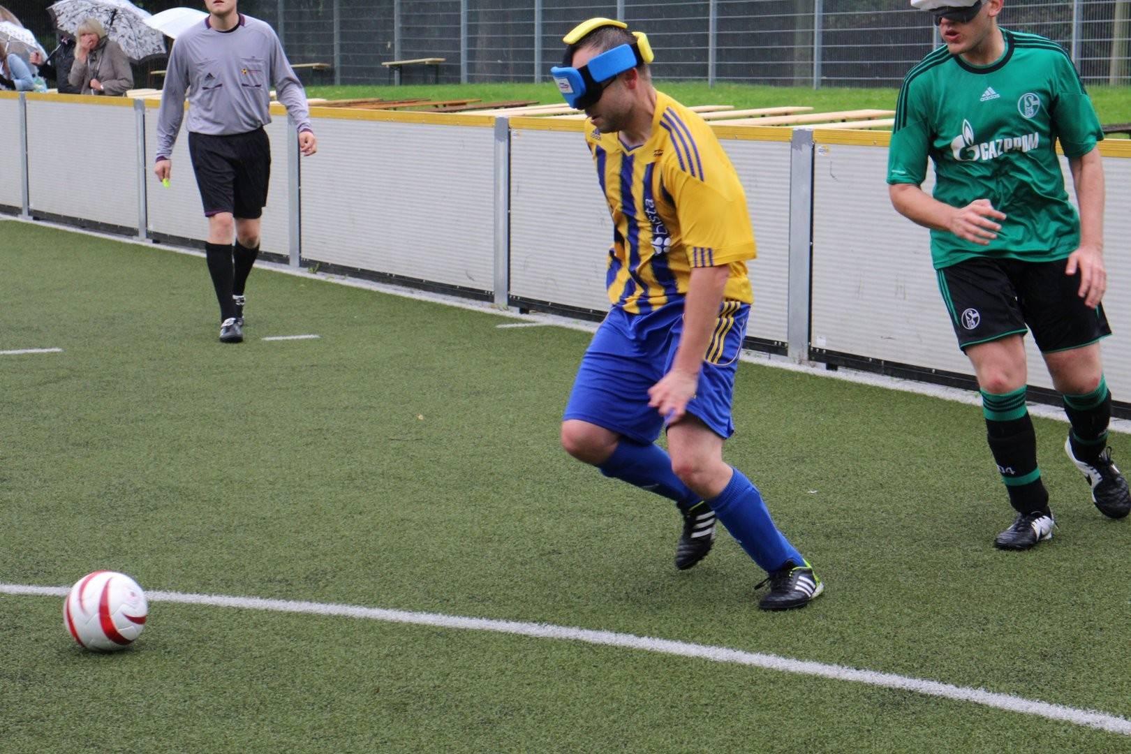 Robert Warzecha (Marburg) und Hasan Koparan (Schalke) im Sprintduell um den Ball