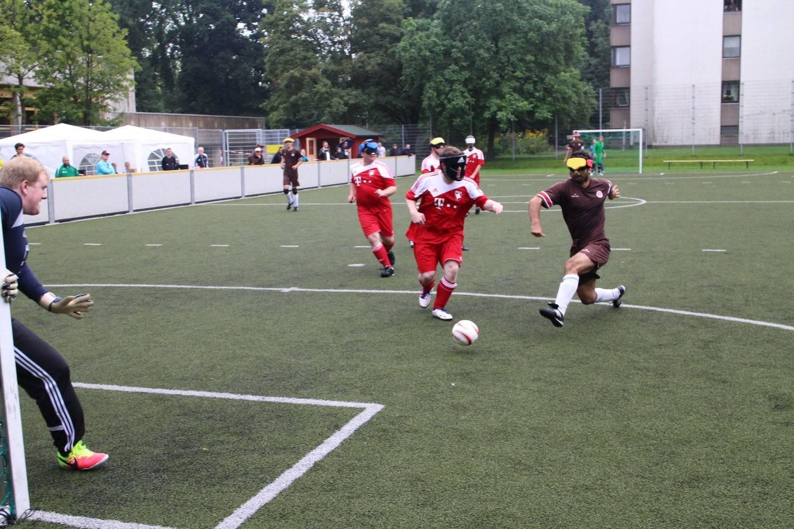 Serdal Celebi (FC St. Pauli) schießt aufs Tor, Manuel Beck (Würzburg) versucht erfolglos den Schuss zu verhindern