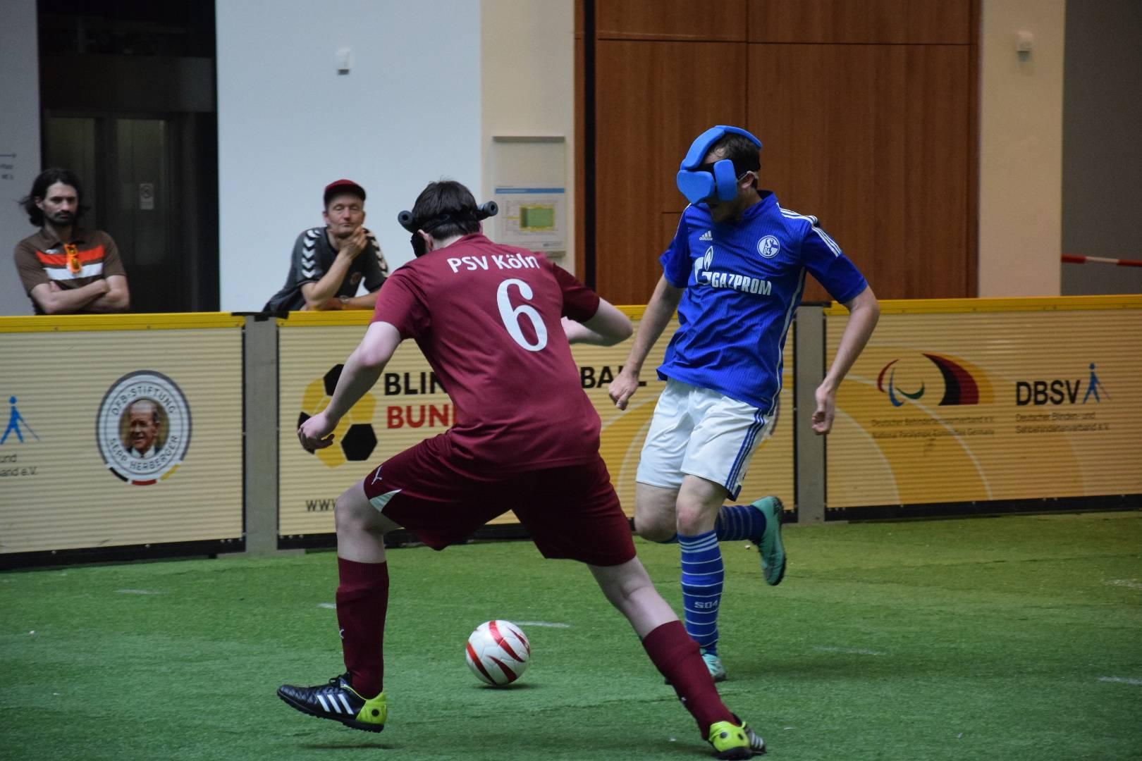 Ein Kölner Spieler versucht den Angriff seines Schalker Gegenspielers zu stoppen