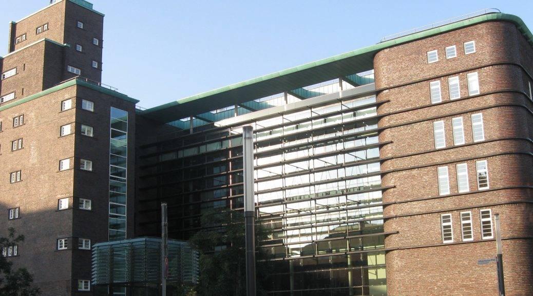 Blick auf die Eingangstüren des Hans-Sachs-Hauses in Gelsenkirchen