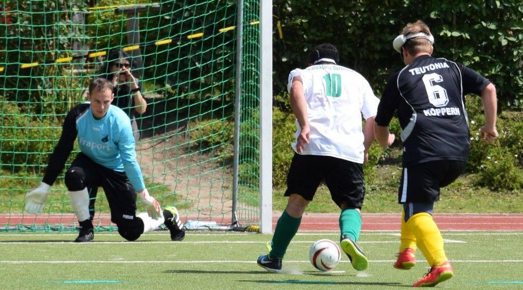 Torschuss des Dortmunder Spielers ging knapp am Tor vorbei