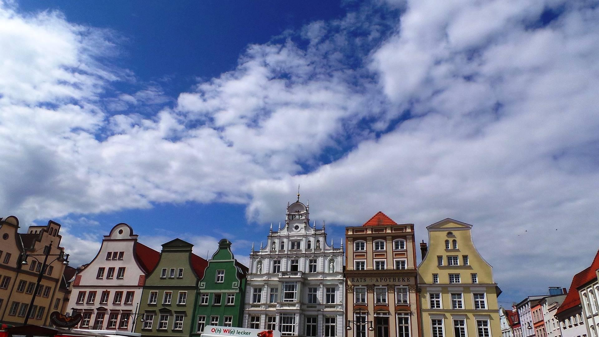 Hier wird gespielt. Auf dem Marktplatz in Rostock vor schöner Kulisse.