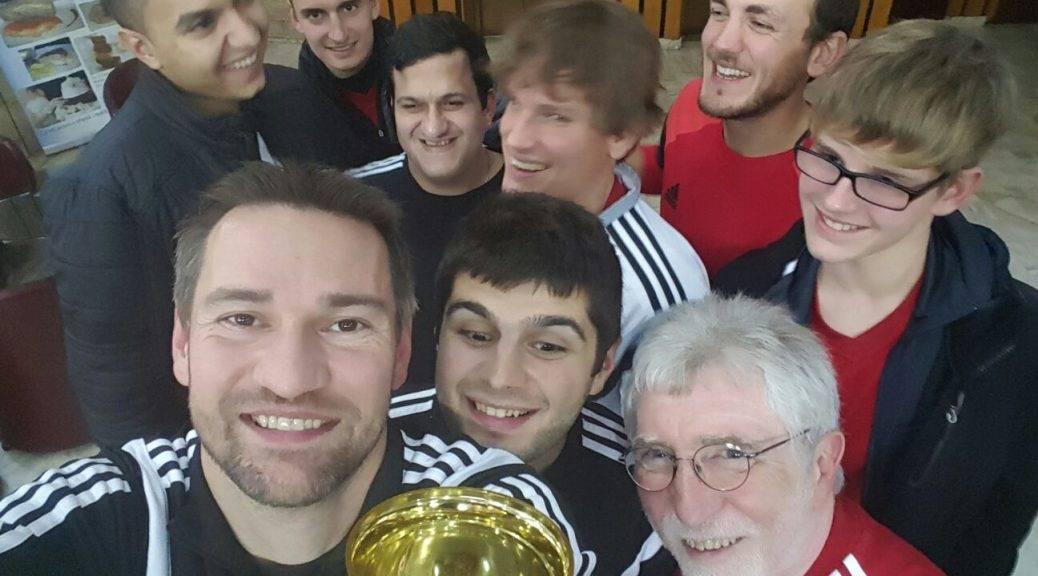 Blindenfußball Nationalmannschaft mit Pokal als Selfie von schräg oben