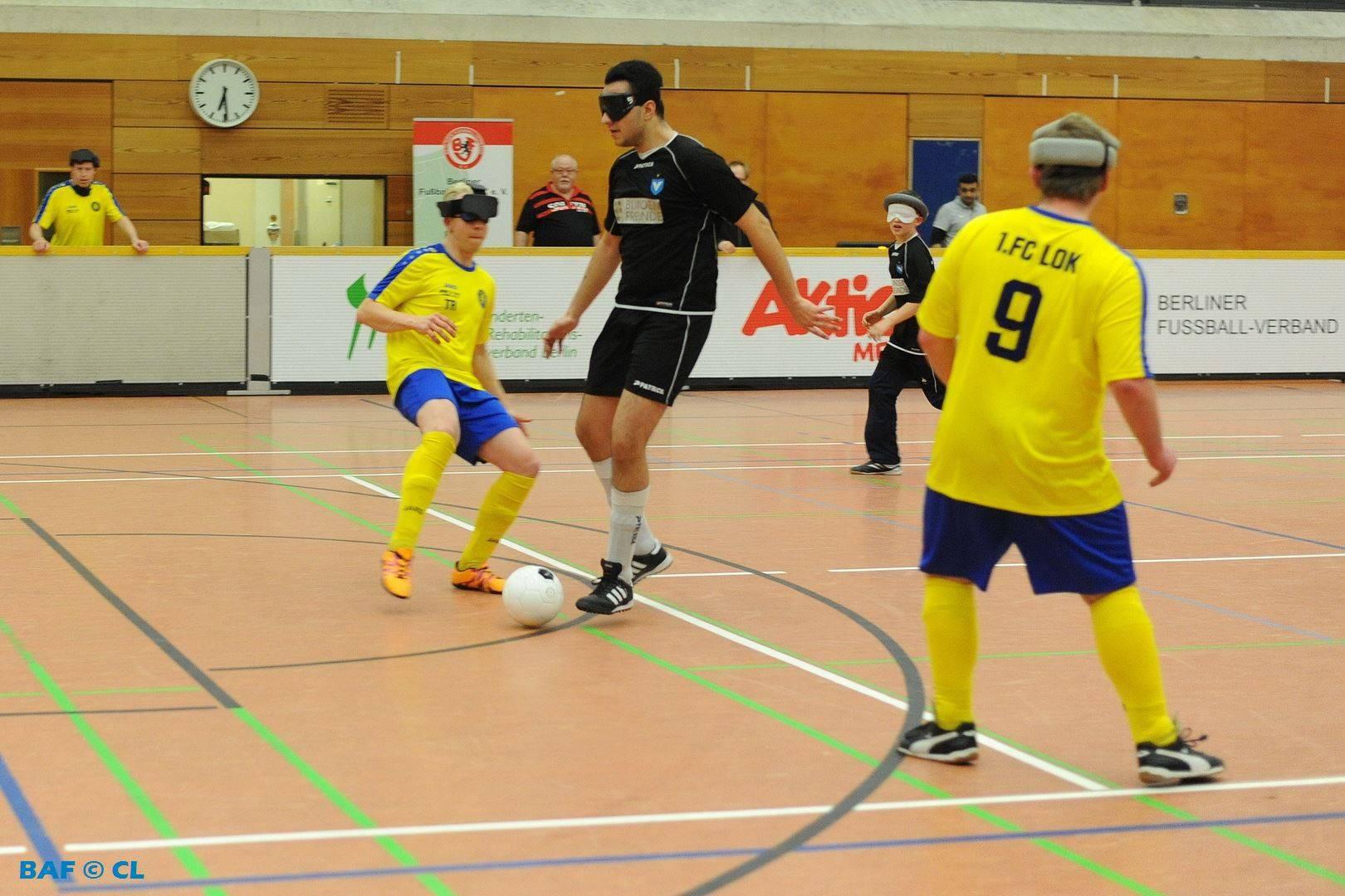Edis Velcovic dribbeld den Ball in Richtung des Tores der Leipziger Gäste