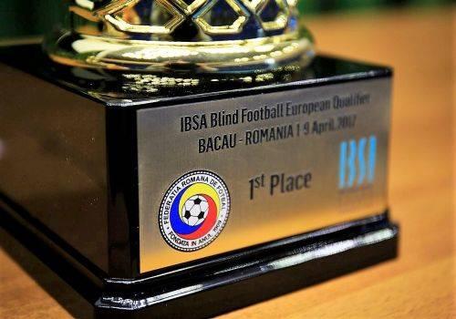 Pokal des ersten Platzes mit englischer Inschrift, IBSA-Logo, sowie Turnierlogo des Qualifikationsturniers