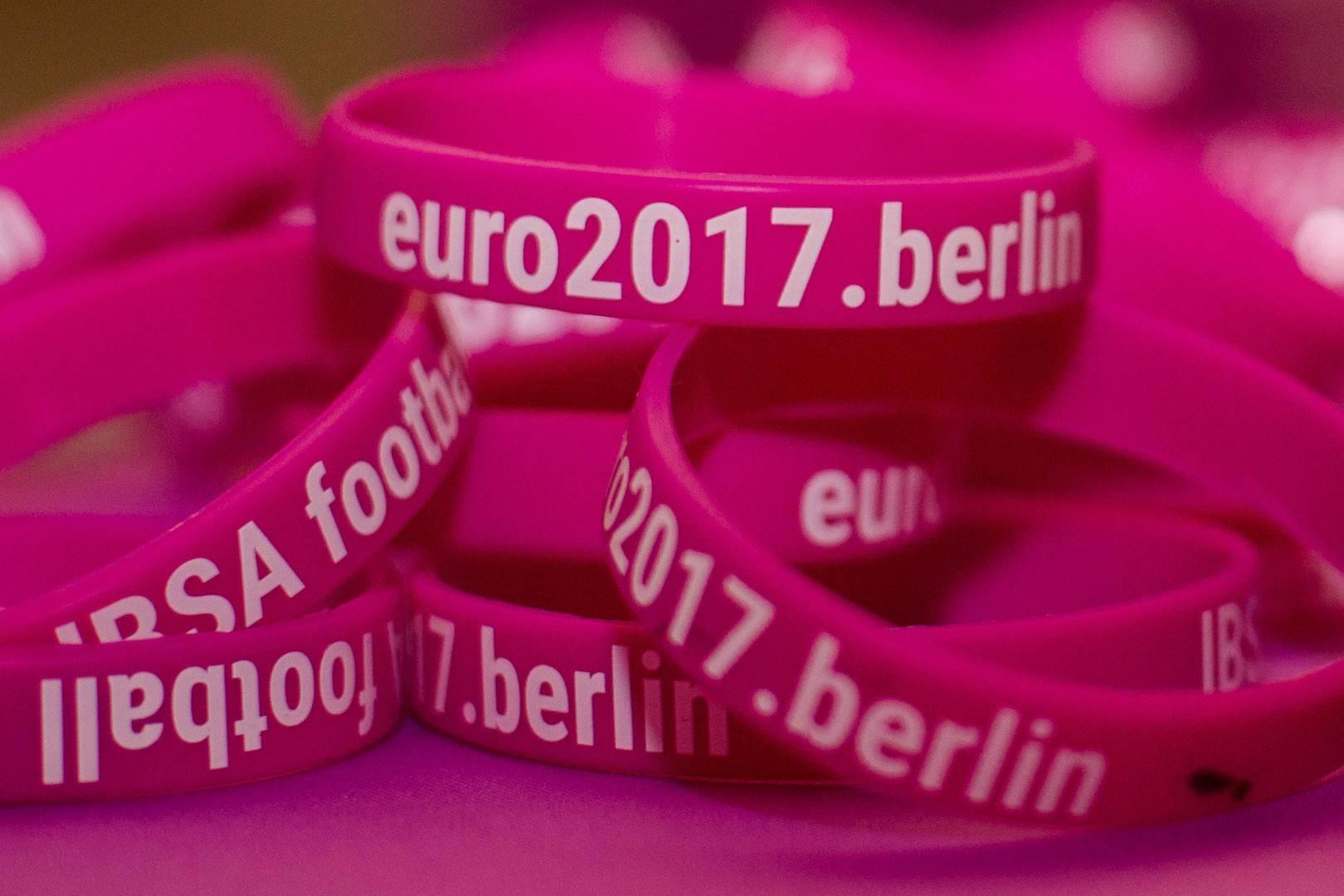 Schriftzug der EURO2017 auf vielen Armbändern