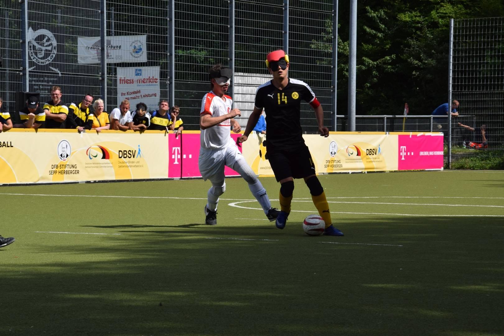 Taime Kuttig (BVB) mit Ball vor Florian Günther (MTV)