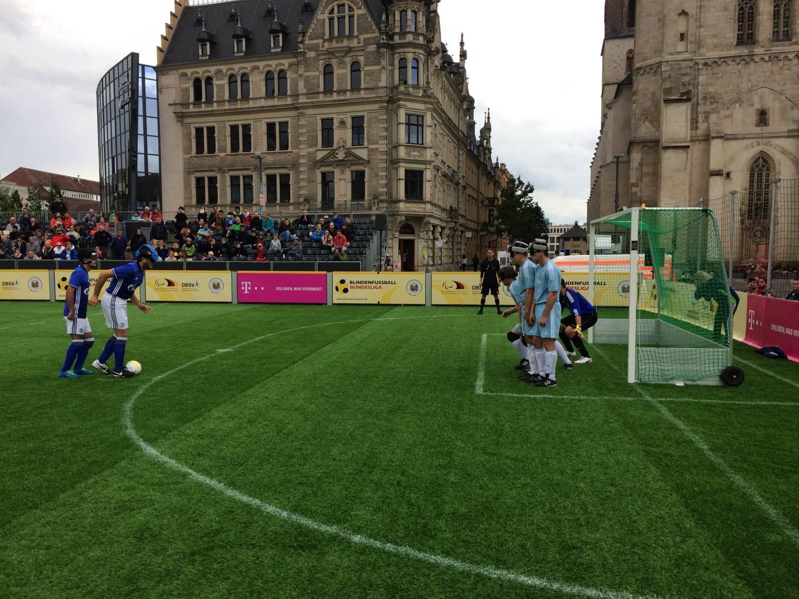 Mauer von Chemnitzer Spielern direkt vor dem Tor