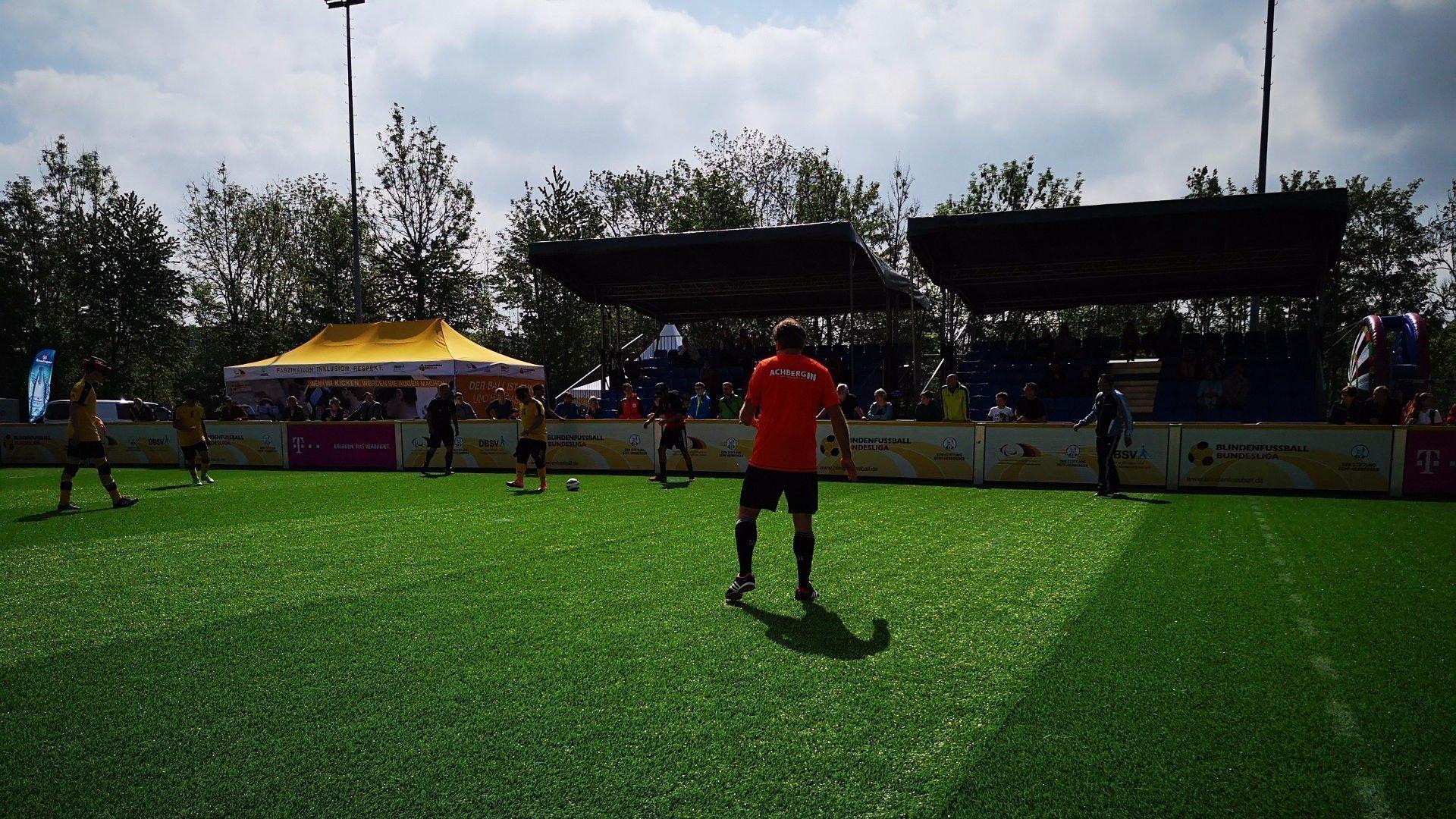 Dortmunder Spieler auf Platz vor leerer Tribüne