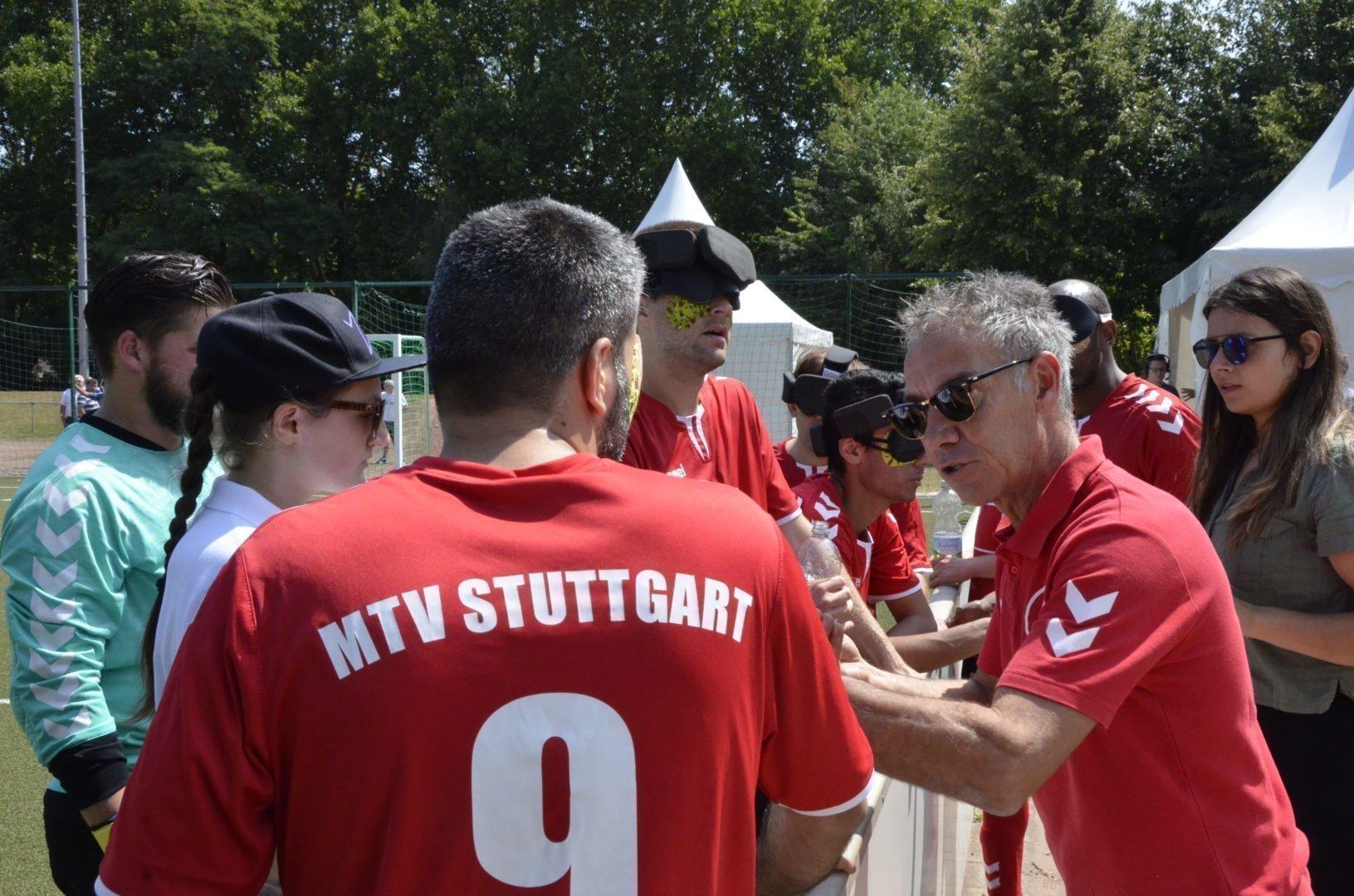 Der Trainer des MTV Stuttgart, Giuseppe Calaciura, gibt seiner Mannschaft die letzten Anweisungen.
