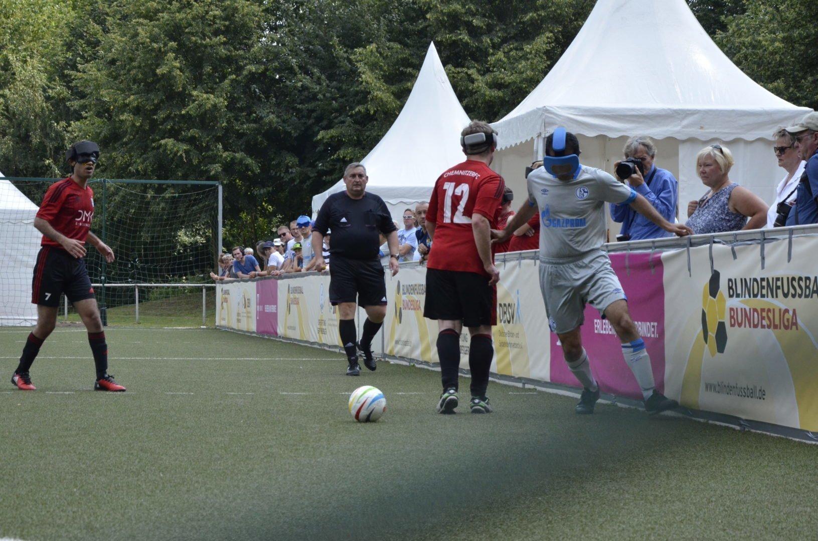 Schalkes Ali Cavdar setzt sich hier gegen Chemnitz Steven Herzig durch.