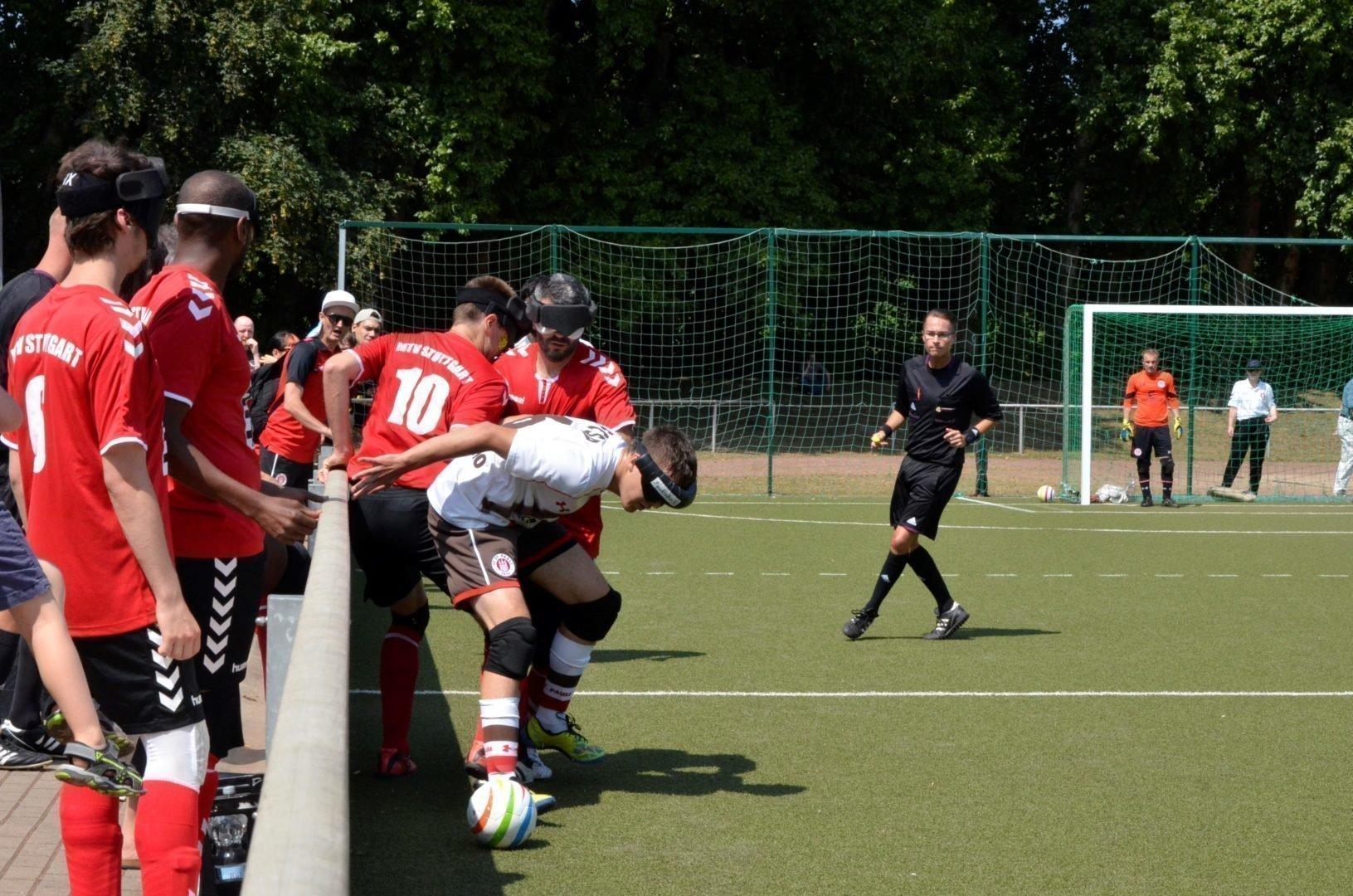 In der regulären Saison verlor der FC St. Pauli um Paul Ruge (weißes Trikot) mit 0:1 gegen den MTV Stuttgart, In Düsseldorf wollen die Kiezkicker Revanche nehmen und damit auch die Titelverteidigung feiern. Foto: Jonas Bargmann