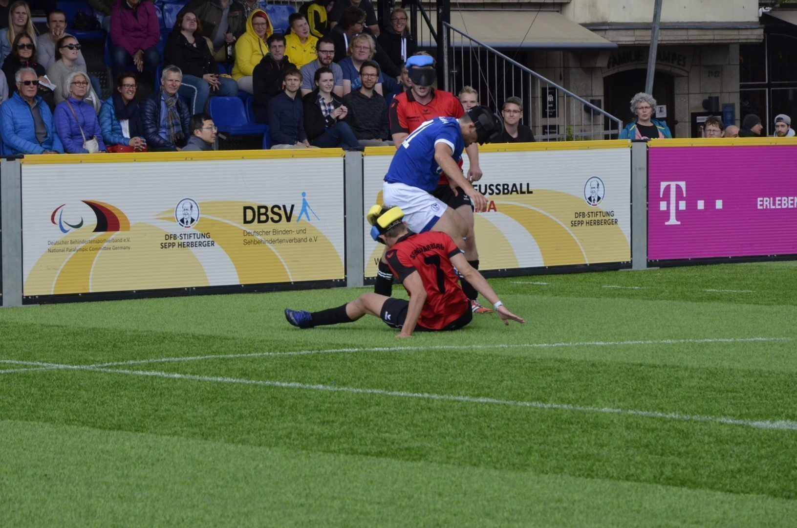 Im Bild: Hasan Koparan versucht sich gegen zwei Marburger im Dribbling durchzusetzen.