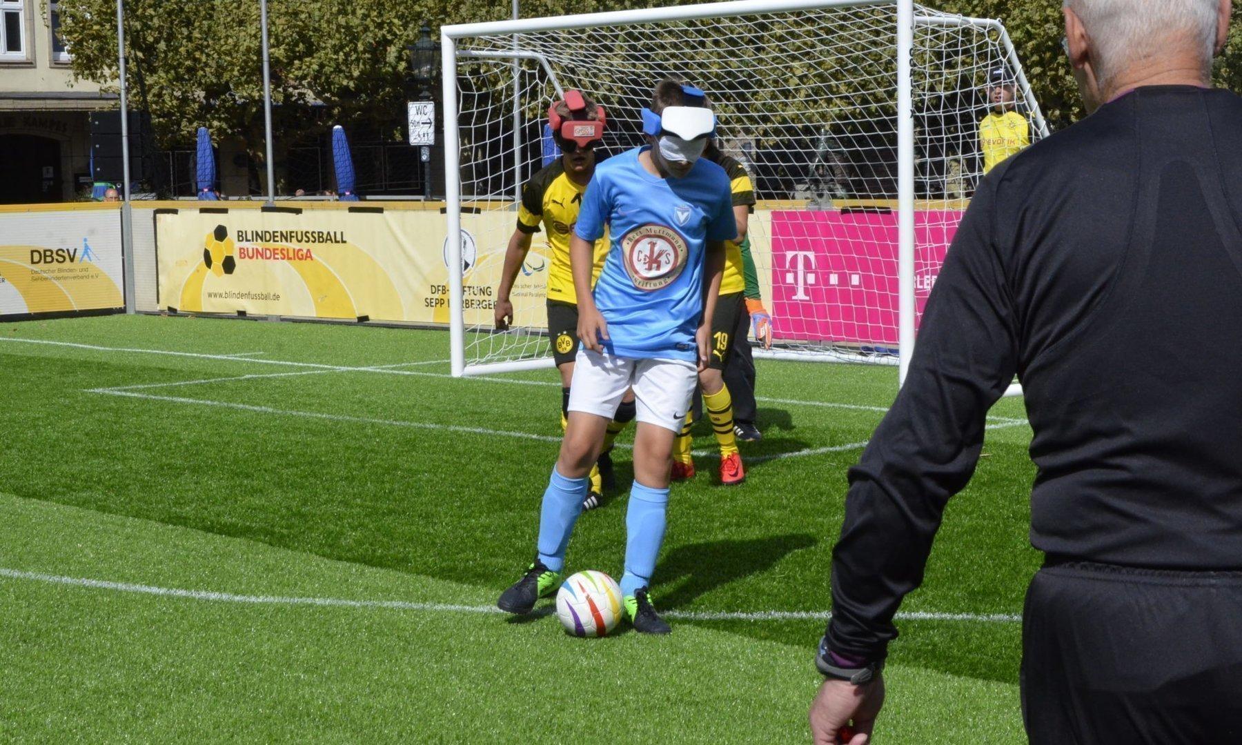 Nico Rother führt den Ball eng am Fuß.