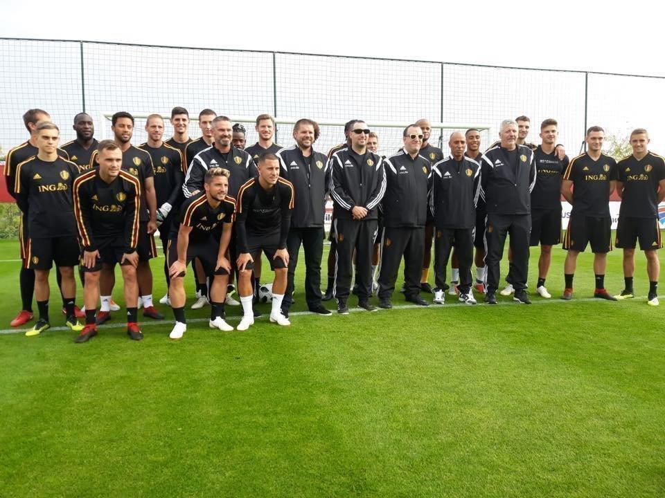 Die Belgische Blindenfußball-Nationalmannschaft gemeinsam mit der sehenden Nationalmannschaft, die bei der WM 2018 Dritter wurde.