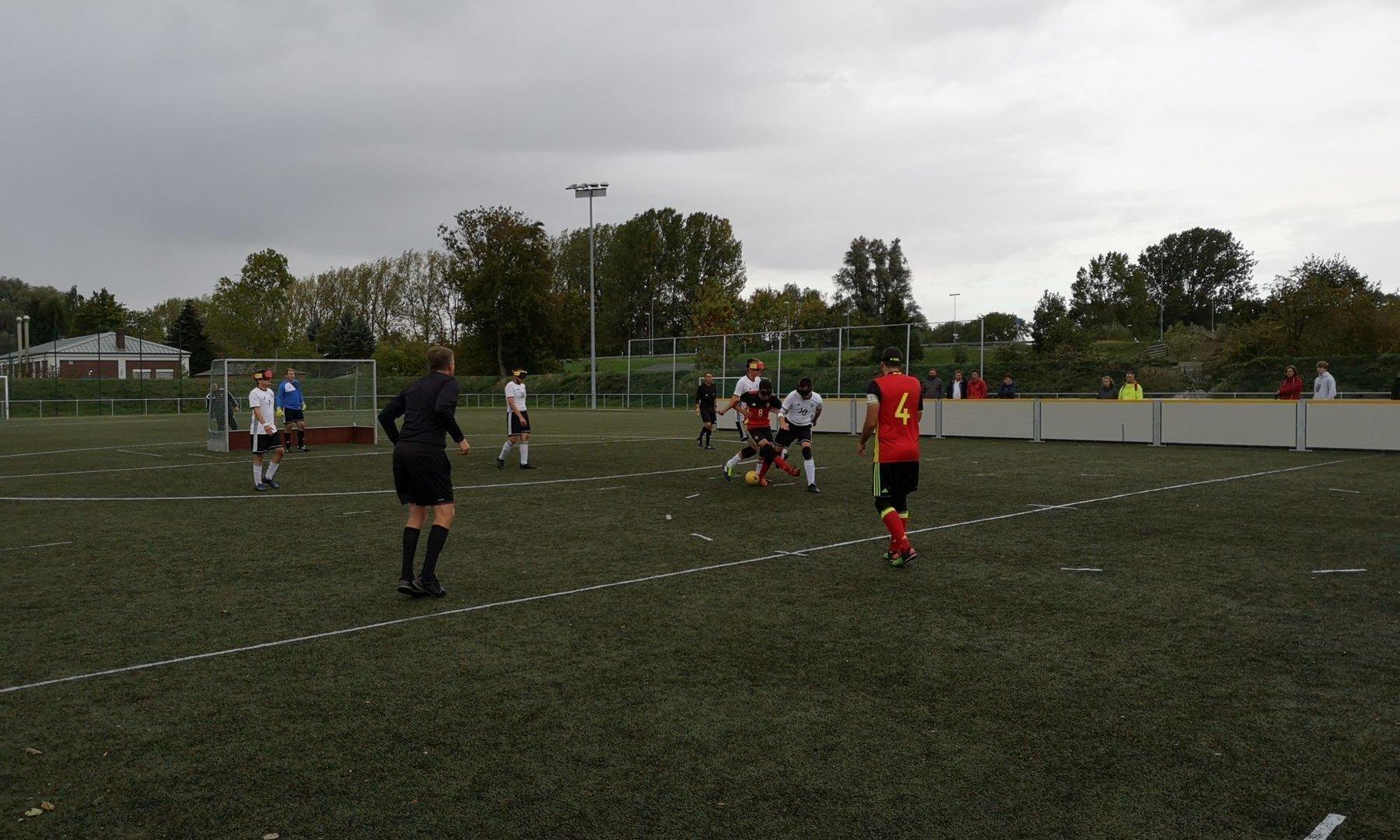Bei bescheidenden Wetterverhältnissen testete die Deutsche Blindenfußball-Nationalmannschaft gegen Belgien. Foto: Jonas Bargmann