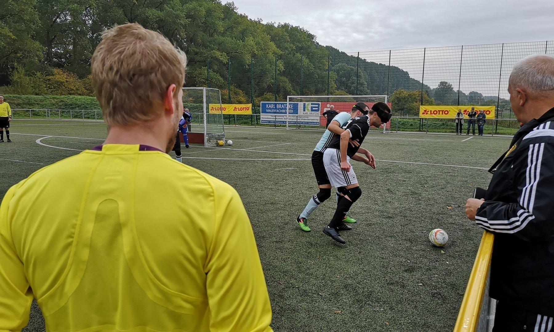 Deutschlands Alexander Fangmann versucht sich gegen Belgiens David Dortu durchzusetzen. Schiedsrichter Dustin Vennemann hat den Zweikampf im Blick. Foto: Jonas Bargmann