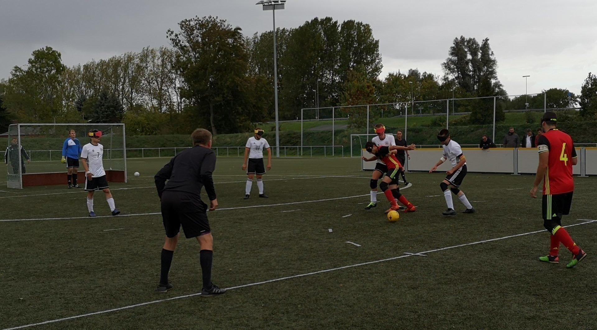 Für den Belgier Alexandre Wespes (rot-schwarzes Trikot) ist in dieser Situation kein Durchkommen. Foto: Jonas Bargmann