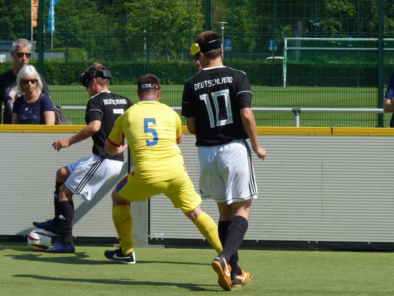 Taime Kuttig schirmt den Ball im Testspiel gegen Rumänien ab. Foto: Jonas Bargmann