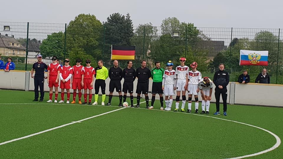 Deutschlands und Russlands Blindenfußballer während der Nationalhymne (Foto: Claudia Mathony)