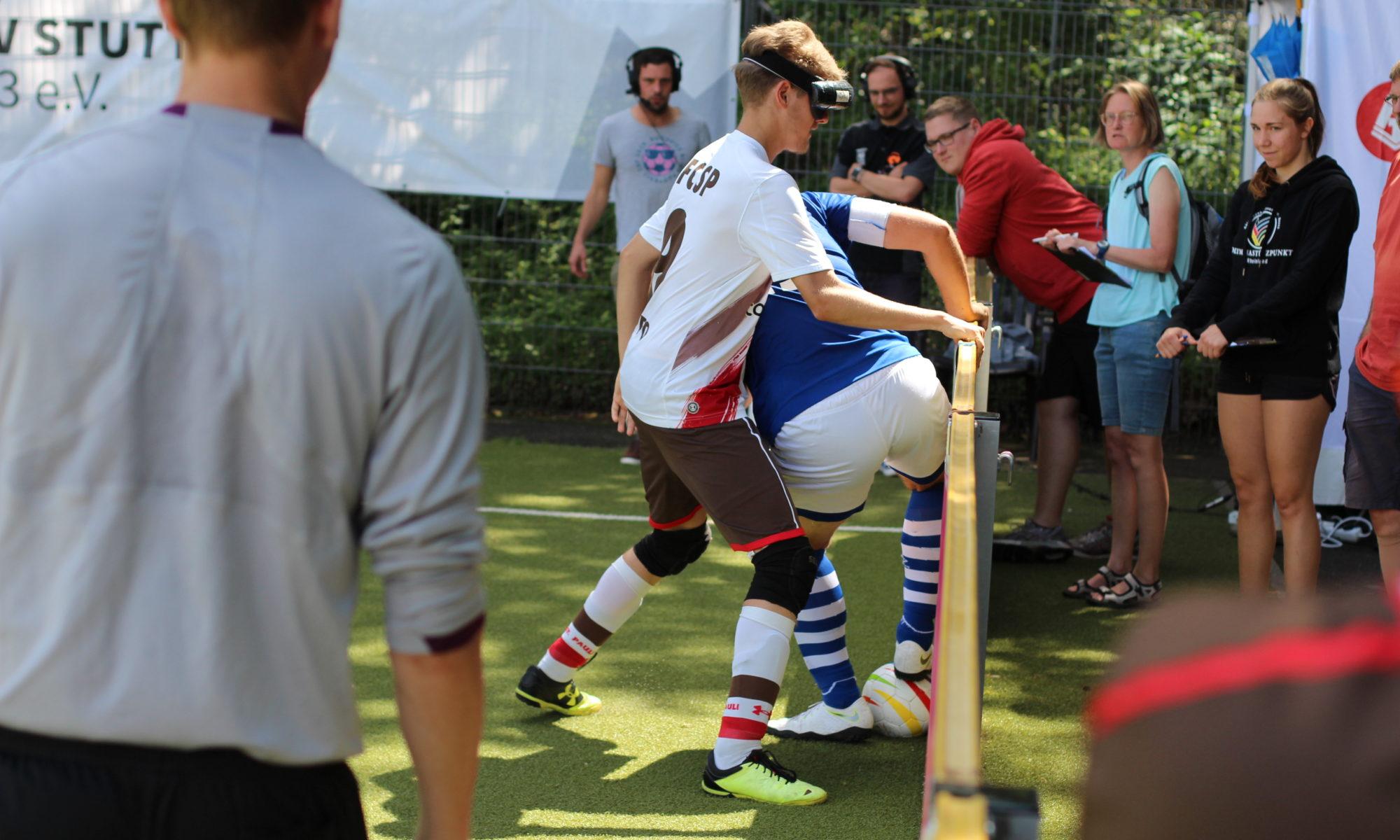 Philipp Versen drückt Hasan Koparan an die Bande, der schirmt den Ball exzellent ab, Foto: Florian Eib.
