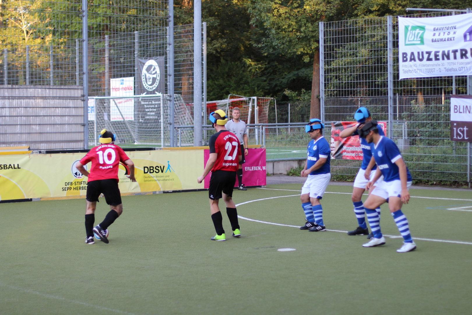 Anlauf im Express: Gleich fünfmal wirbelte Alican Pektas die Abwehr des FC Schalke 04 durcheinander. Im Bild dribbelt er links an den Abwehrspielern vorbei, Foto: Felix Amrhein.
