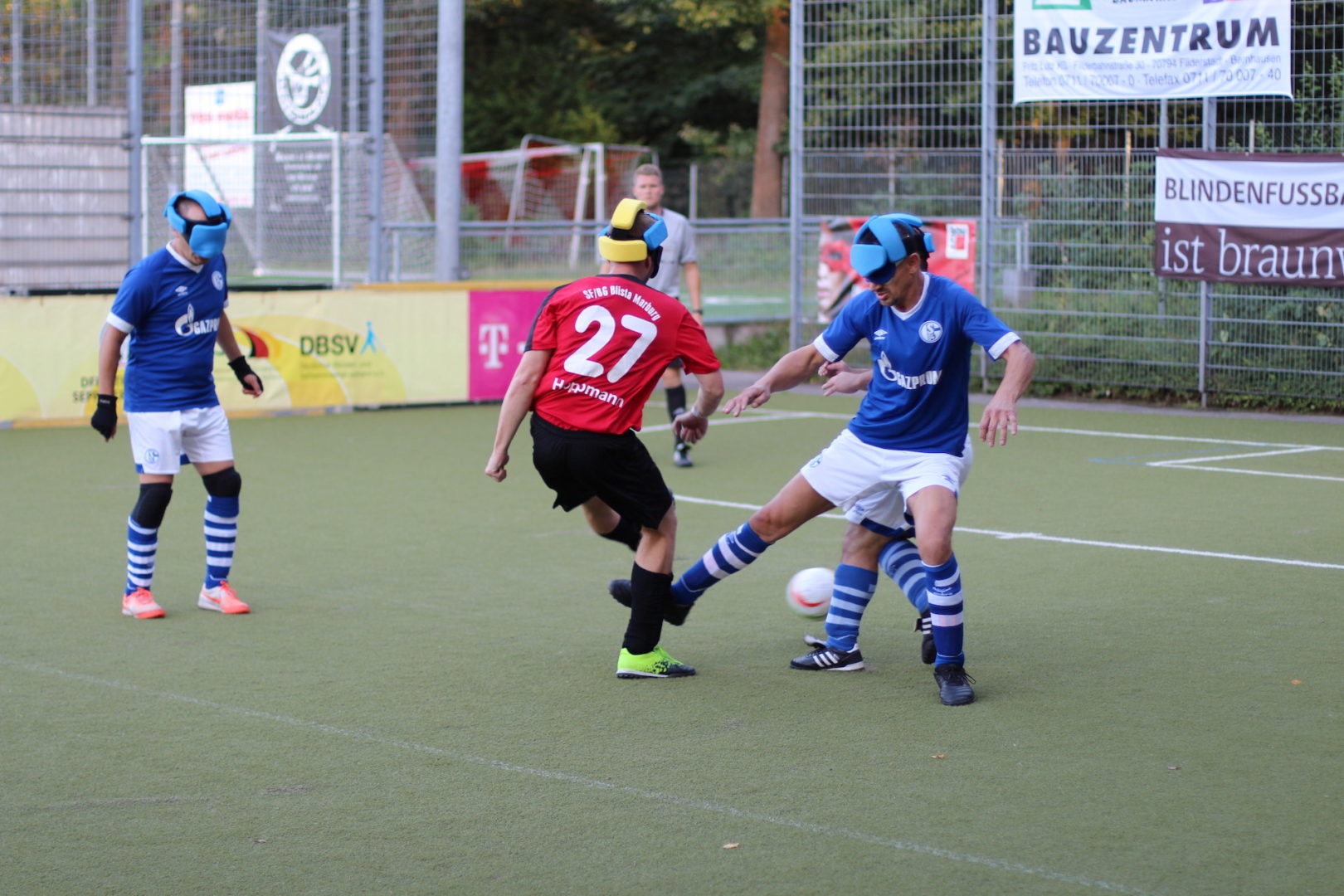 Neben Pektas versuchte auch Hoppmann, für Marburg offensiv Akzente zu setzen. Sein Schussversuch wird von zwei Schalker Verteidigern abgeblockt, Foto: Felix Amrhein.