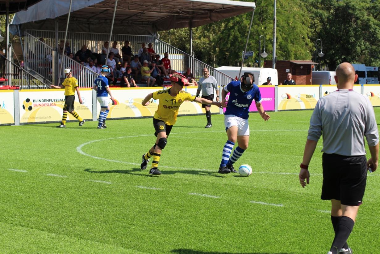 Hasan Koparan (S04) verteidigt den Ball gegen Jonas Fuhrmann (BVB).