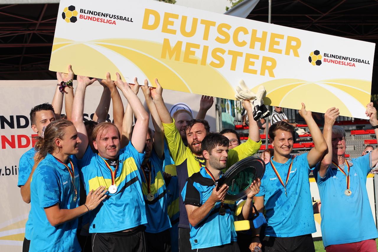 Teamfoto: Deutscher Meister 2019 ist die SG Blista Marburg. Hier hält das Team die Meisterschale in die Höhe, Foto: Florian Eib.