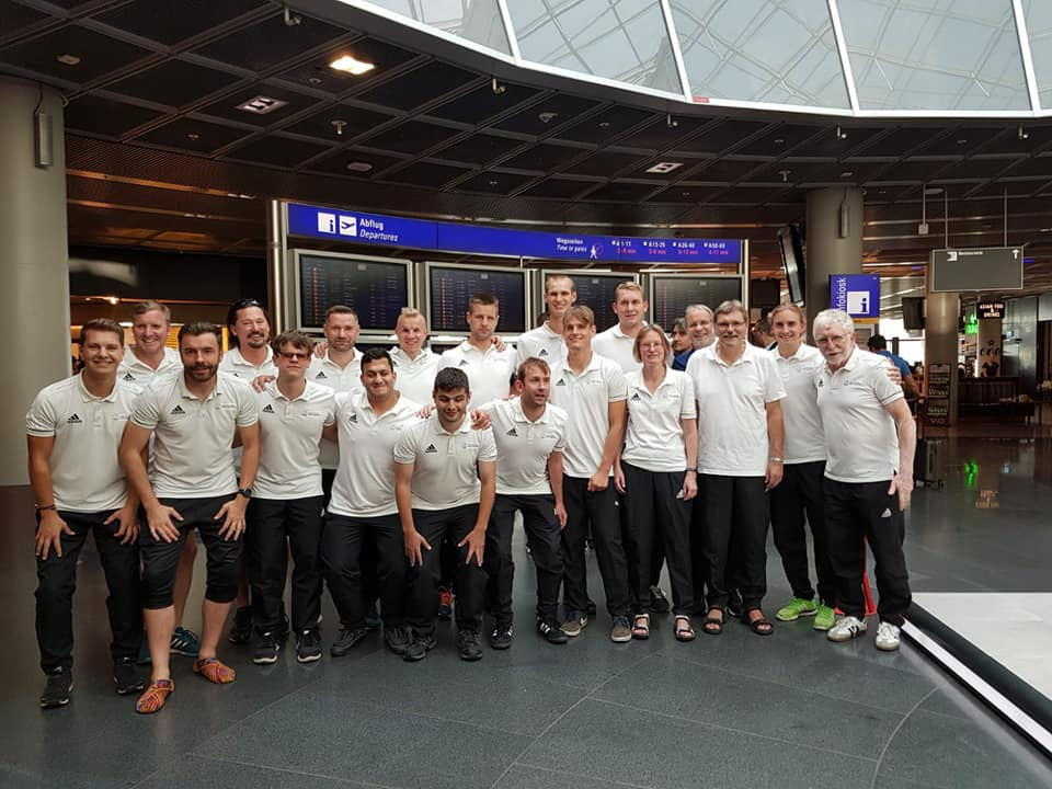 Die deutsche Blindenfußball-Nationalmannschaft vor dem Abflug am Frankfurter Flughafen nach Rom. Fotorechte: Privat