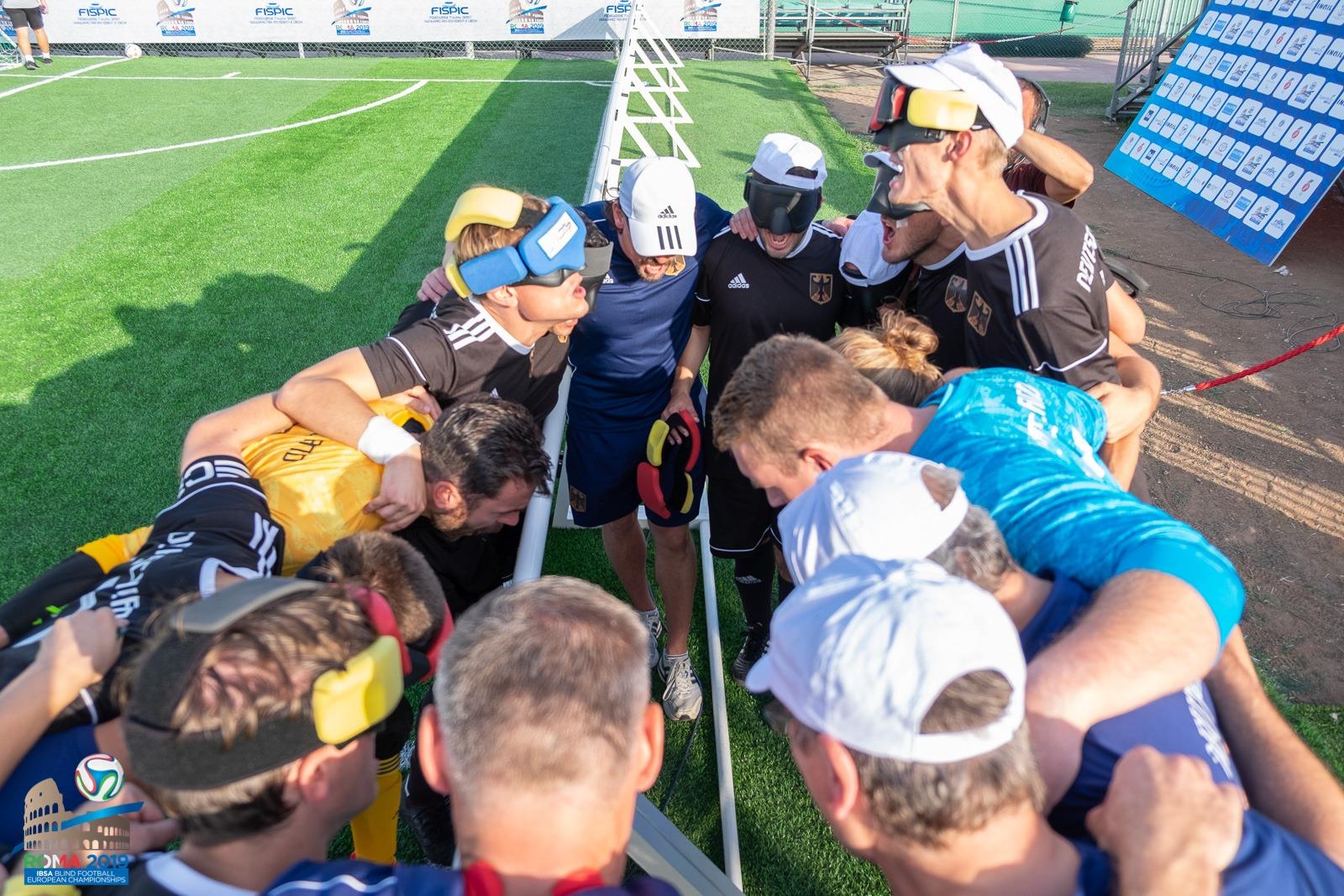Die deutsche Mannschaft schwört sich nochmals ein gegen England: Foto: Simone Forzan, FISPIC