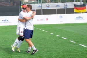 Jonathan Tönsing feiert mit Co-Trainer Enrico Göbel. Foto: Simone Forzan/FISPIC