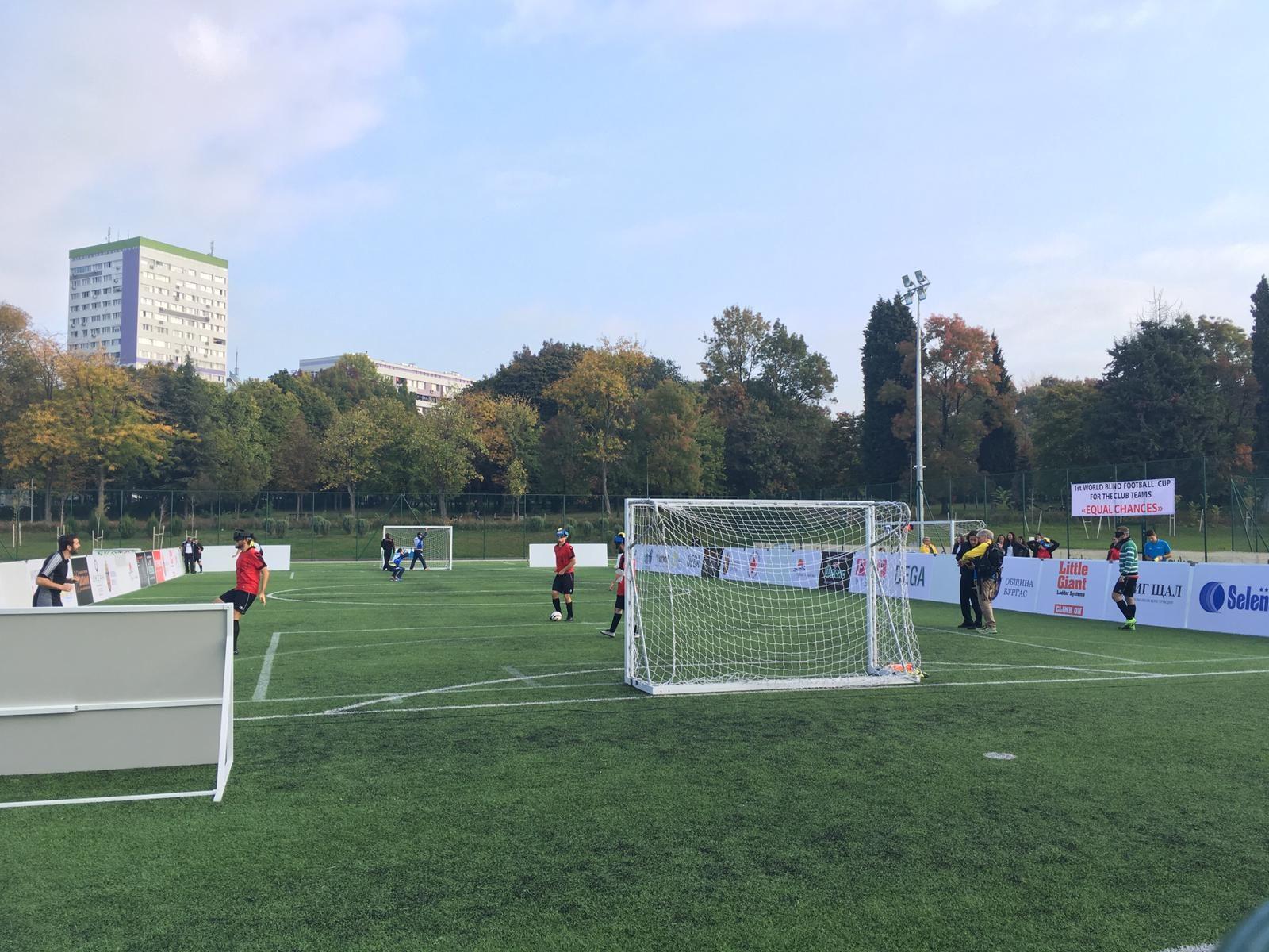 Ein Blick über das Spielfeld, auf dem die inoffizelle Club-WM ausgetragen wird. Foto: Mania