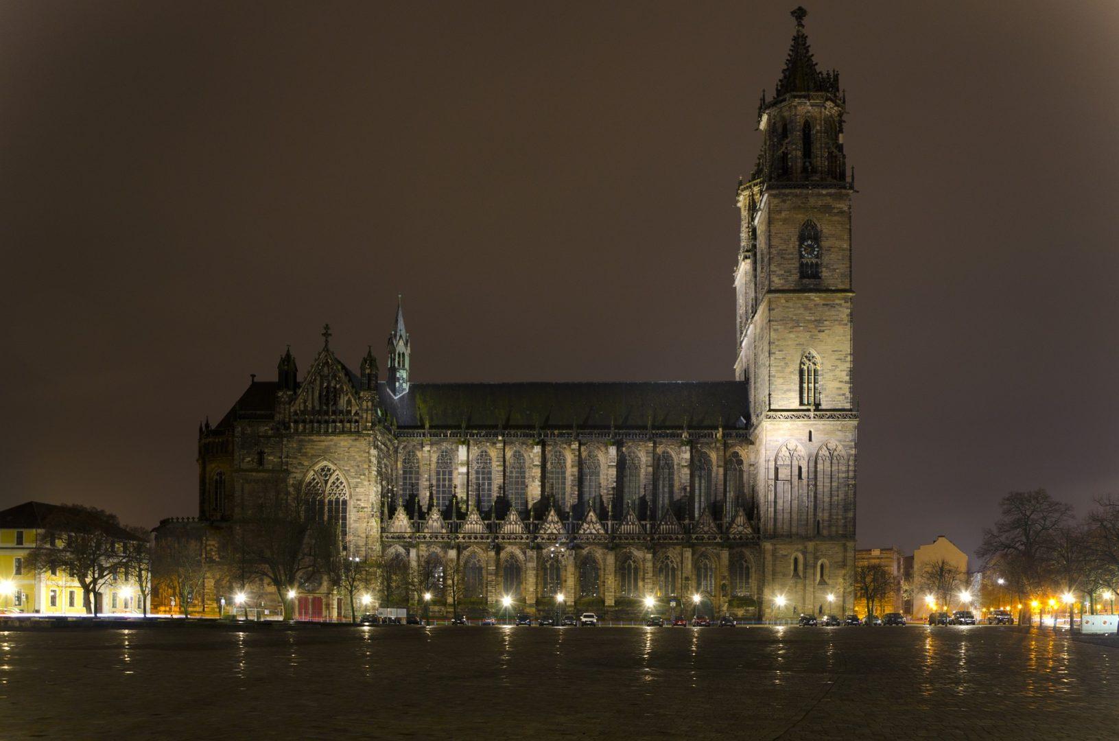 Der Magdeburger Dom bei Nacht. Er ist das Wahrzeichen der Stadt. Fotorechte: Pixaline.