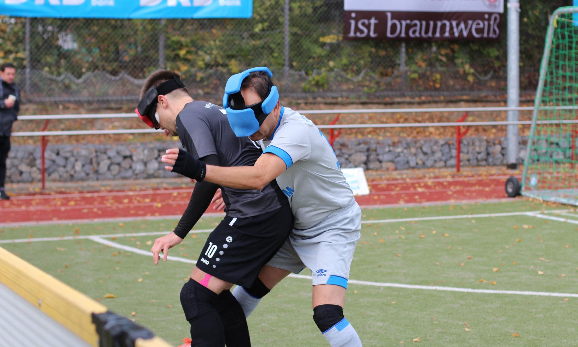 In der Nahaufnahme eines Zweikampfs hat Alexander Fangmann den Ball zwischen den Beinen. Er wird von hinten von Bajram Dogan angegriffen, der ihn eng bedrängt, Foto: Tomke Koop.