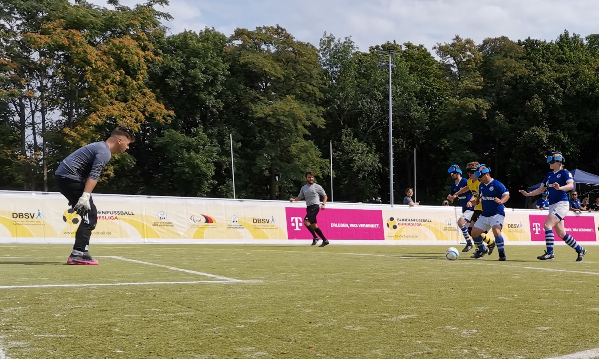 Borussia Dortmund feierte in Berlin einen geluingenen Auftakt in die Blindenfußball-Bindesligasaison. Hier versucht BVB-Angreifer Jonas Fuhrmann einen Treffer zu erzielen. Foto: Jonas Bargmann
